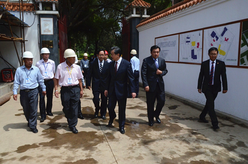 Foreign Minister Wang Yi paid an inspection visit to the construction site in the Chinese Embassy in Kenya